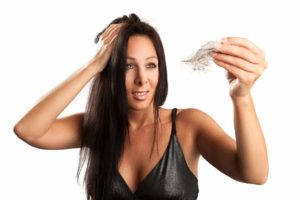 Dir fallen die Haare aus? Wir haben die passenden Hausmittel um dir mit einer schnellen Behandlung zu beginnen. © raphaela4you