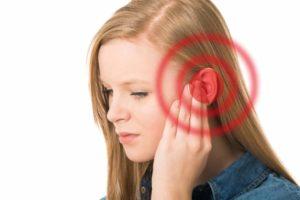 Ohrenschmerzen? Mit unseren Hausmitteln kannst du mit einer Behandlung beginnen und den Schmerz lindern. © DoraZett