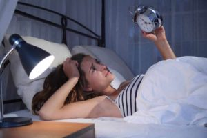 Schlafstörungen? Wir zeigen dir wie du mit Hilfe von Kompressen, Kräutern, Ölen, Tees, Umschlägen, Wickeln und anderen Hausmitteln schon bald wieder fit bist! © Sven Vietense