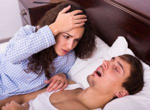 Schnarchen? Wir haben jede Menge bewährte Tipps, die dir bei der Behandlung helfen können. © JackF
