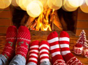 Kalte Füße? Unsere Hausmittel heizen dir wieder richtig ein. © Sunny studio