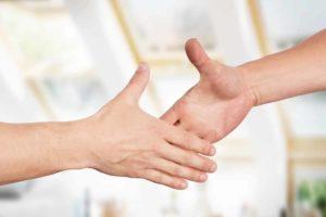 Raue Hände? Wir haben die passenden Hausmittel um deine Hände wieder zart zu machen. © underdogstudios