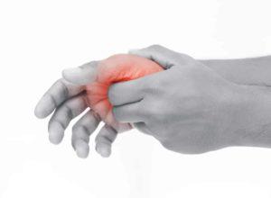 Fingerentzündung? Mach dir keine Sorgen. Mit unseren bewährten Hausmitteln bist du dein Leiden schon bald wieder los. © Adiano