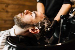 Du möchtest deinen Haaren etwas gutes tun? Dann haben wir genau die richtigen Tipps für dich. © pressmaster