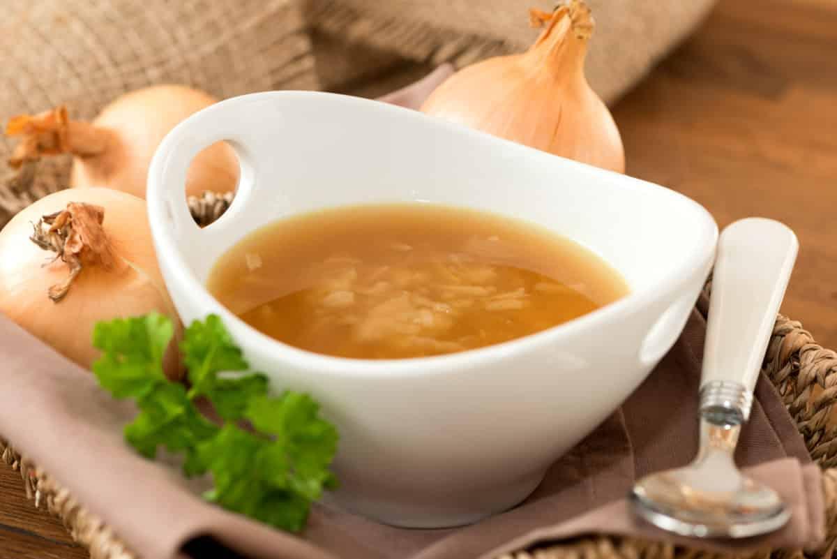 Erfahre mehr über Zwiebelsuppe und wie Sie gegen Vitalstoffmangel und bei Herz-Kreislauf-Erkrankungen wirkt. Fotolia © Hetizia