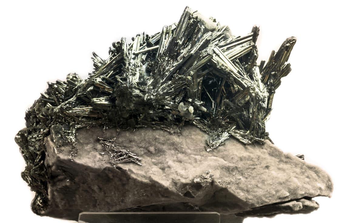 Antimonium crudum in der Natur. Aus dem Metall wird das Globuli zur homöopathischen Behandlung hergestellt. Das Globuli Stibium sulfuratum nigrum wird in der Homöopathie bei Krankheiten wie Arthritis, Erkältungen und Windpocken eingesetzt. Fotolia © S_E