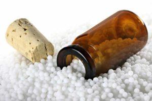Aus dem Mineralstoff Brechweinstein wird das Globuli zur homöopathischen Behandlung hergestellt. Das Globuli Antimonium tartaricum wird in der Homöopathie bei Krankheiten wie Haarausfall, Husten und Lungenerkrankungen eingesetzt. © Björn Wylezich